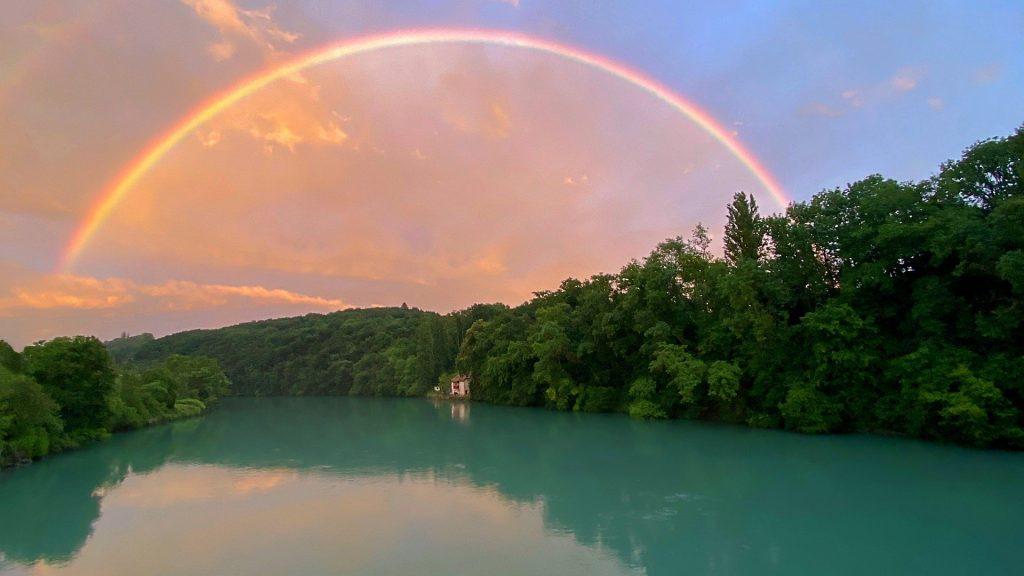 paisaje con arcoiris y río