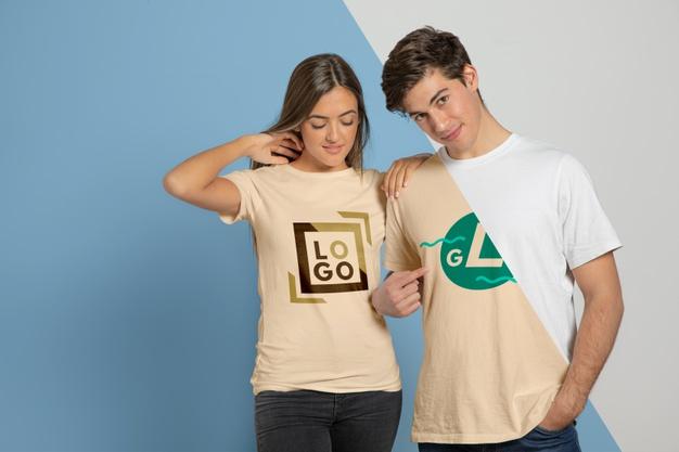 pareja luciendo camiseta mockup